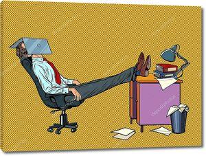 Менеджер офиса отдыхает в рабочем кресле