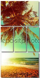 Тропический пляж в часы заката. Вертикальная панорамная композиция