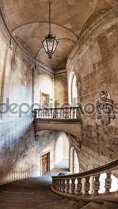 Холл и лестницы дворец Карла V. Вертикальная панорама