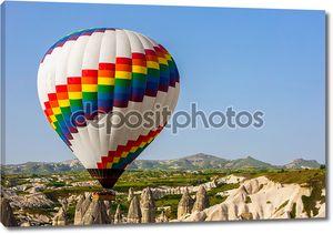 Разноцветные шары в небе Каппадокии на рассвете, Турция