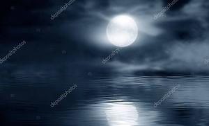 Темный холодный футуристический лес. Драматическая скна с деревьями, большая луна, лунный свет. Дым, тень, смог, снег. Отражение ночного леса в реке, море, океане .