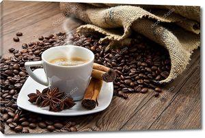Жареное кофе на деревенском столе