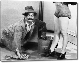 Полотер глядит на ноги женщины
