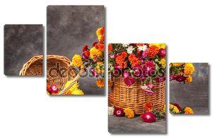 Натюрморт с корзиной красивых цветов