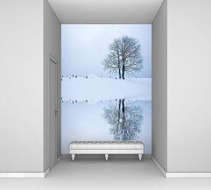 Одинокое дерево на снежном поле