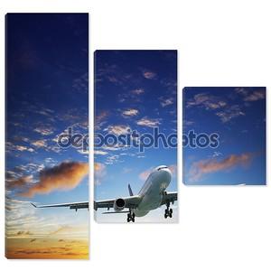 Реактивный самолет в небе, в часы заката