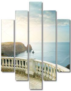 Вид вдаль на море с террасы
