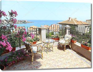 Красивый внутренний дворик, окруженный цветами