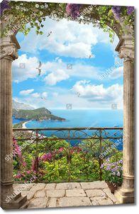 Арка с высокой решеткой с цветами