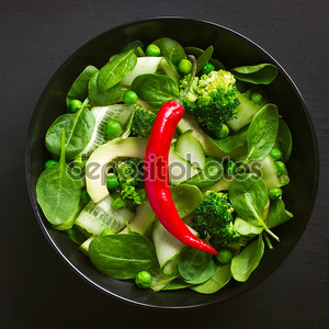 Зеленый салат с красным перцем