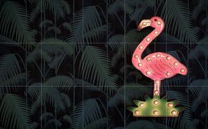 Фламинго в темной траве