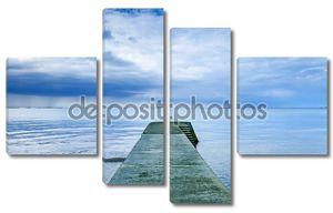 бетонные Пирс или причал на синее море и пасмурное небо. Нормандия, Франция