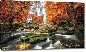 Водопад сквозь осеннюю листву