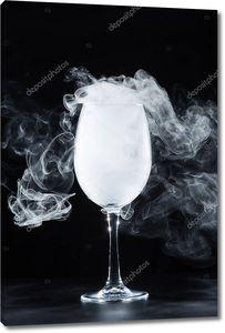 бокал с белого дыма на черном фоне