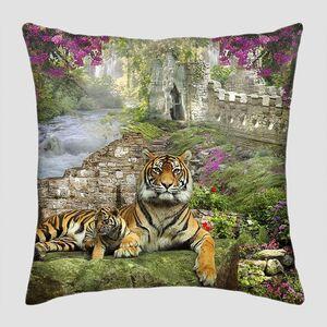 Большой тигр на зеленой поляне