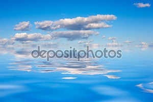 Голубое небо отражение