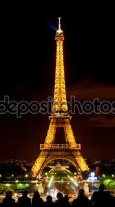 Эйфелева башня в свет в ночное время