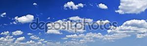 Панорамный голубое небо, белые облака