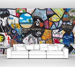 Красочные граффити на стене протеста