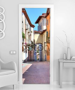 старые красочные улица в Альбе, Северная Италия.