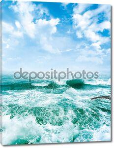 Морские волны и голубое небо.
