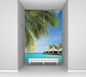 Пальмовые листья над океаном с бунгало