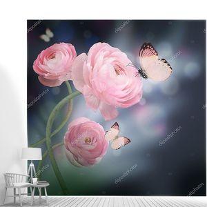 Букет из розовых роз против темный фон бабочка