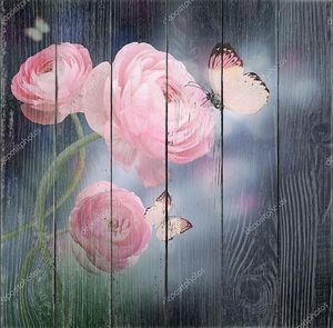 Букет из розовых роз и бабочка