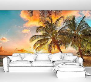 Закат над морем с видом на пальмы