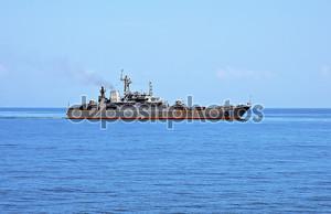 Военное судно в морских просторах