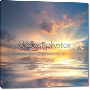 Закат над морем с отражением в воде