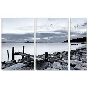Черно-белая фотография неба и моря на закате