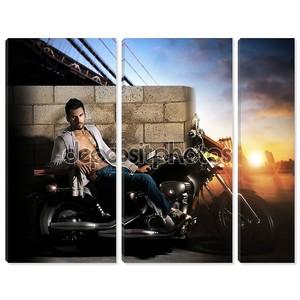 сексуальный человек на мотоцикле