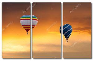 Две горячие воздушные шары в полете на фоне заката небо. Фестиваль цветные шары. Открытый, красочные