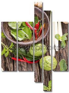 Травы и специи над деревянными фоне