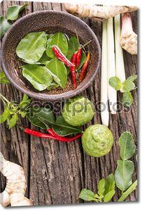 Травы и специи на деревянном столе