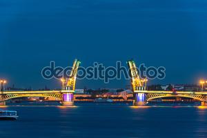 Благовещенским мостом во время белых ночей в Санкт-Петербурге