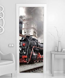 Старый паровой поезд покидает станцию