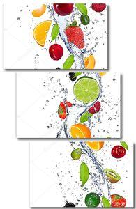 Свежие фрукты в брызгах воды