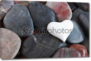 Белое сердце, окруженный камнями