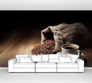 Мешок кофейных зерен и кружка кофе