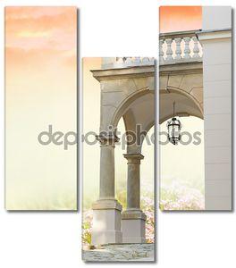 Классический портал с колоннами и сад