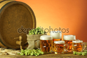 Пивные бокалы на деревянном столе