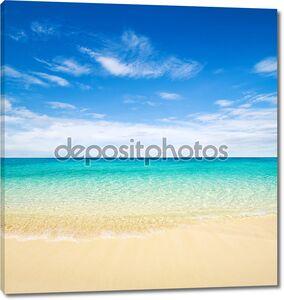 Красивый пляж с набегающей волной