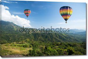 Воздушный шар над горным пейзажем