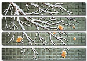 Заснеженная ветвь осеннего дерева с листьями