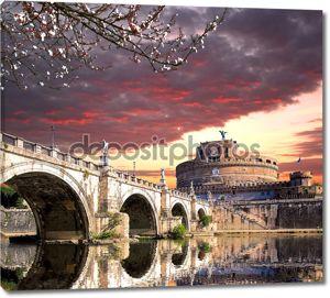 замок Ангела с моста на берегу реки Тибр в Риме, Италия