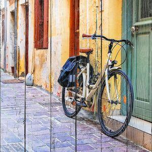 Городской пейзаж со старым велосипедом