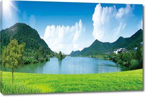 Живописное озеро среди холмов