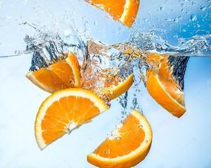 Дольки апельсина в воде